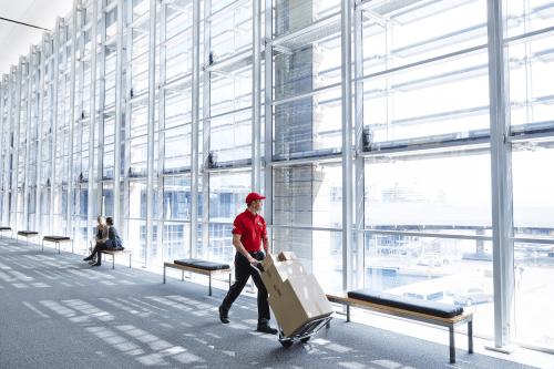 Lieferung eines Paketes durch Logistikdienstleister
